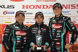 2017年度GT300クラスドライバーズチャンピオンとチームチャンピオンを獲得したGOODSMILE RACING & TeamUKYO