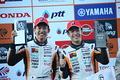 表彰式: GT300クラスで優勝した中山雄一と坪井翔(LM corsa)