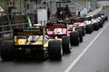フリー走行: ピットロードに並ぶドライバーたち