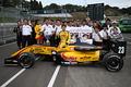 キッズピットウォーク: F3チャンピオンを決めた高星明誠(B-MAX Racing Team with NDDP)が記念撮影