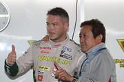 公式予選: ポールポジションを獲得したアンドレ・ロッテラーとチーム監督の舘信秀氏(VANTELIN TEAM TOM'S)
