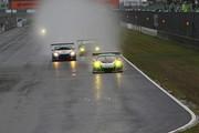 グループ1決勝: 雨の中3時間レースがスタートした