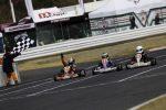 最終コーナーを立ち上がり3車がチェッカー手前で横並びに