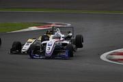 レース中盤、三浦愛とDRAGONがダンロップコーナーで接触