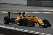 第5戦予選2位、第6戦予選5位の金丸悠( B-MAX RACING F3)