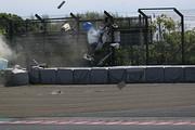 他車同士の接触に巻き込まれた岡本大地(ATEAM Buzz Racing F110)が大クラッシュ