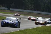 レースをリードする山本尚貴/ジェンソン・バトン組(RAYBRIG NSX-GT)