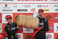 表彰式: GT500クラスでチャンピオンを決め米1俵を受け取る山本尚貴とジェンソン・バトン(TEAM KUNIMITSU)