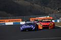 決勝レース: ジェンソン・バトン(RAYBRIG NSX-GT)と周回遅れにされる高木真一(ARTA BMW M6 GT3)