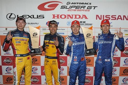 決勝フォトセッション: 両クラスの優勝ドライバー
