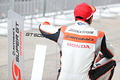決勝レース: 優勝した野尻智紀を待ち受ける伊沢拓也(AUTOBACS RACING TEAM AGURI)
