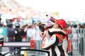 決勝レース: 野尻智紀と抱き合う伊沢拓也(AUTOBACS RACING TEAM AGURI)