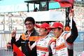 決勝レース: 優勝した野尻智紀/伊沢拓也組と鈴木亜久里監督(AUTOBACS RACING TEAM AGURI)
