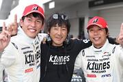 GT500クラスで優勝した新田守男/中山雄一組と影山正彦監督(K-tunes Racing LM corsa)