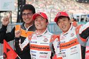 GT500クラスで優勝した野尻智紀/伊沢拓也組と鈴木亜久里監督(ARTA)