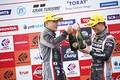 表彰式: GT300クラスで優勝した平中克幸と安田裕信(GAINER)