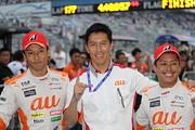 GT500クラスで優勝した中嶋一貴、伊藤大輔監督と関口雄飛(LEXUS TEAM au TOM'S)