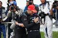 決勝レース: GT500クラスで優勝し抱き合うジェンソン・バトンと山本尚貴(TEAM KUNIMITSU)
