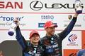 表彰式: GT500クラスで優勝した山本尚貴とジェンソン・バトン(TEAM KUNIMITSU)