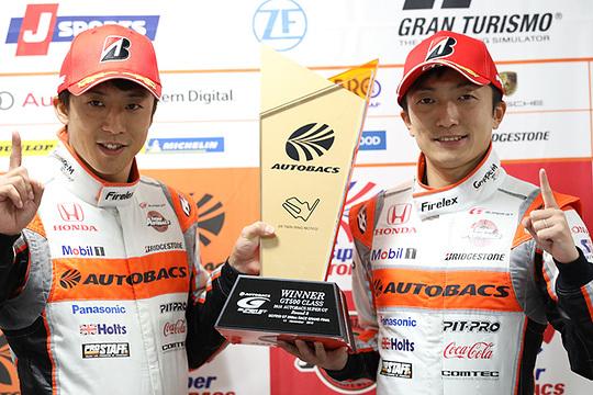 決勝フォトセッション: GT500クラスで優勝した伊沢拓也と野尻智紀(AUTOBACS RACING TEAM AGURI)