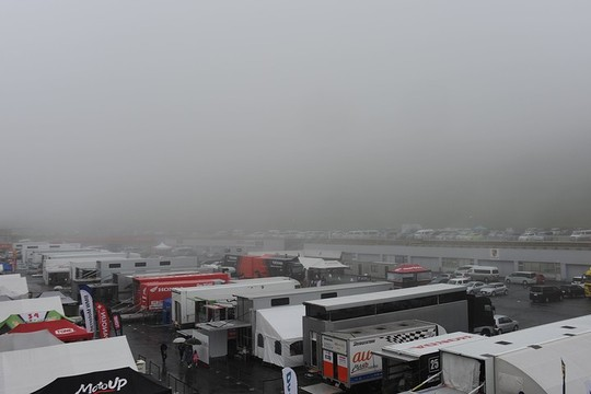 決勝日、オートポリスは早朝より霧に覆われた