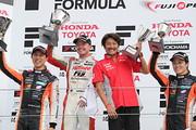 表彰式: 優勝・ニック・キャシディ、2位・石浦宏明、3位・国本雄資
