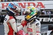 健闘をたたえ合う優勝した山本尚貴(TEAM MUGEN)と2位のニック・キャシディ(KONDO RACING)