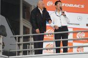 レース終了をアナウンスする板東正明GTA社長