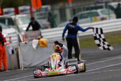 決勝ヒート残り2周でトップに立ち初優勝のチェッカーと受ける井本大雅選手