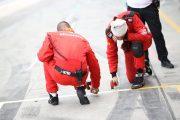路面温度を計測するチームスタッフ