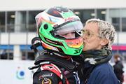 優勝したサッシャ・フェネストラズにキスする母親
