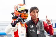 佐藤蓮とチーム監督の阿部正和氏(Hondaフォーミュラ・ドリーム・プロジェクト)