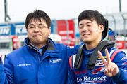 川合孝汰とチーム監督の坪松唯夫氏(Le Beausset Motorsports)