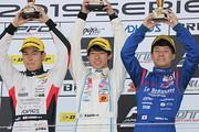 表彰式: 左から2位・平木玲次、優勝・佐藤蓮、3位・川合孝汰