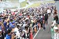 ピットウォーク: レースクイーンに群がるアマチュアカメラマン
