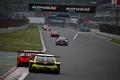 決勝レース: 最終コーナーを立ち上がるGTマシン