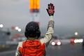決勝レース: レースが終わって優勝マシンを誘導するオフィシャル