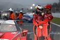 決勝レース: 健闘をたたえ合うGT500クラスで優勝した立川祐路と石浦宏明(LEXUS TEAM ZENT CERUMO)