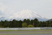 公式予選はくっきりと顔を出した富士山に見守られ行われた