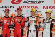 決勝フォトセッション: 両クラス優勝のドライバー