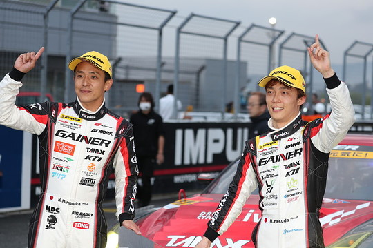GT300クラスで優勝した平中克幸と安田裕信(GAINER)
