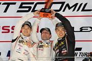 GT300クラスで優勝した高橋翼、アンドレ・クートと藤波清斗(JLOC)