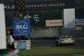 決勝レース: GT300クラスで優勝してチェッカーを受ける吉本大樹(SYNTIUM LMcorsa RC F GT3)