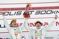 表彰式: GT300クラスで優勝した吉本大樹と宮田莉朋(LM corsa)