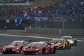 決勝レース: GT300クラスの集団をパスする石浦宏明(ZENT CERUMO LC500)