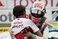 決勝レース: 優勝した山下健太と抱き合う近藤真彦監督(KONDO RACING)