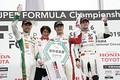 表彰式: 左から2位・中嶋一貴、優勝チーム監督・近藤真彦氏、優勝・山下健太、3位・ハリソン・ニューウェイ