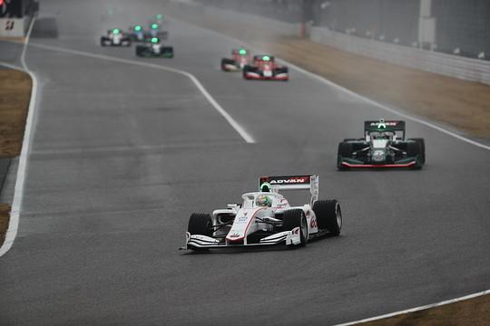 オープニングラップ: セーフティーカー先導で5周のデモレースがスタートした
