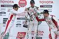 表彰式: シャンパンファイトを終えて健闘をたたえ合うドライバー