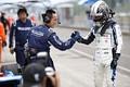 決勝レース: 2位に入った小林可夢偉(carrozzeria Team KCMG)がスタッフとがっちり握手